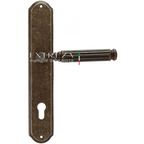 Дверная ручка Extreza Benito (Бенито) 307 на планке PL01 CYL античная бронза F23